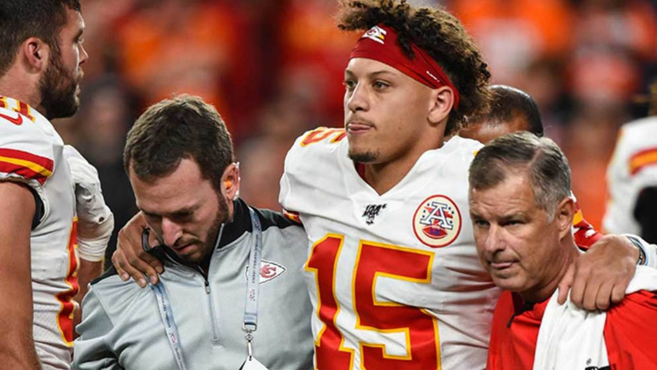 Chiefs' Patrick Mahomes leaves game with knee injury after running QB sneak at Denver – Kansas City Star